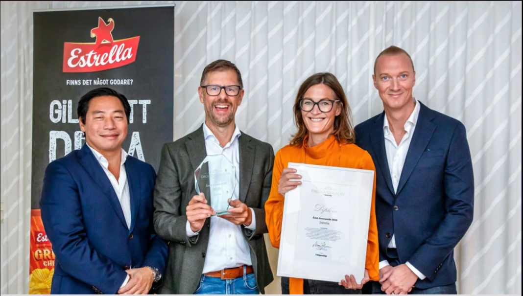 Fredrik Lindberg från Nielsen och Johnny Lönnberg från ClearOn satt i juryn för Dagligvarugalans pris Årets Leverantör. Vinnare blev Estrella, här representerade av försäljningsdirektör Patrik Stockelid och marknadsdirektör Sofi Randén.